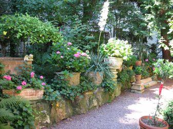 Mediterraner Garten Mit Terrasse Und Ein Separater Sitzplatz Am ...